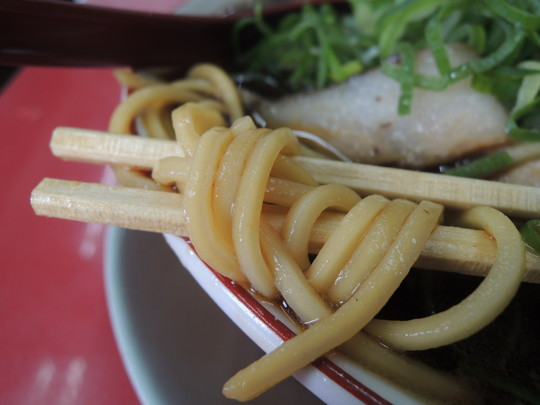 肉多目(チャーシューメン)の麺