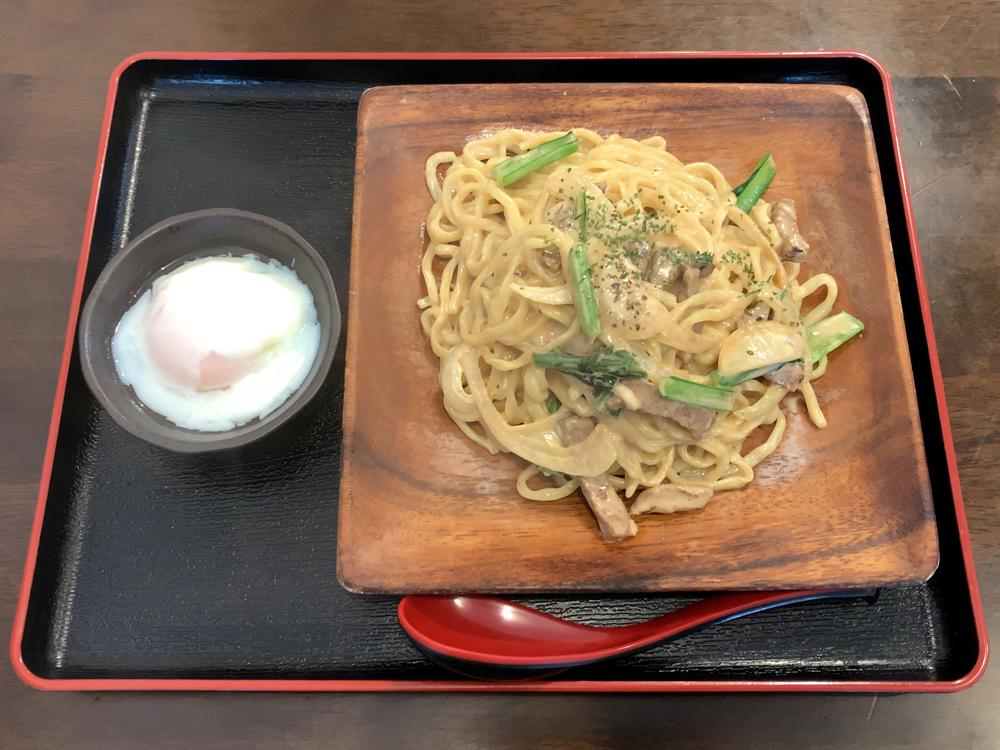 汁なし麺専門店 Mendesign -- カルボナーラ(温玉付き)