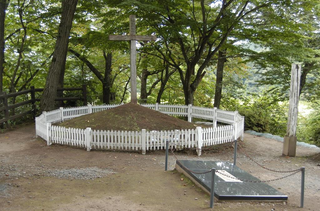 prm1909300002-p1_木々に囲まれ、白い柵で覆われたキリストの墓=青森県新郷村(福田徳行撮影)