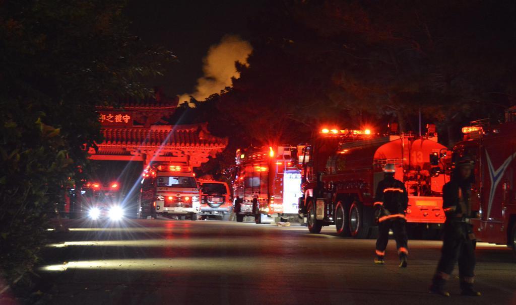 afr1910310004-p2_首里城につながる守礼門前に並ぶ消防車=31日午前4時30分ごろ、那覇市