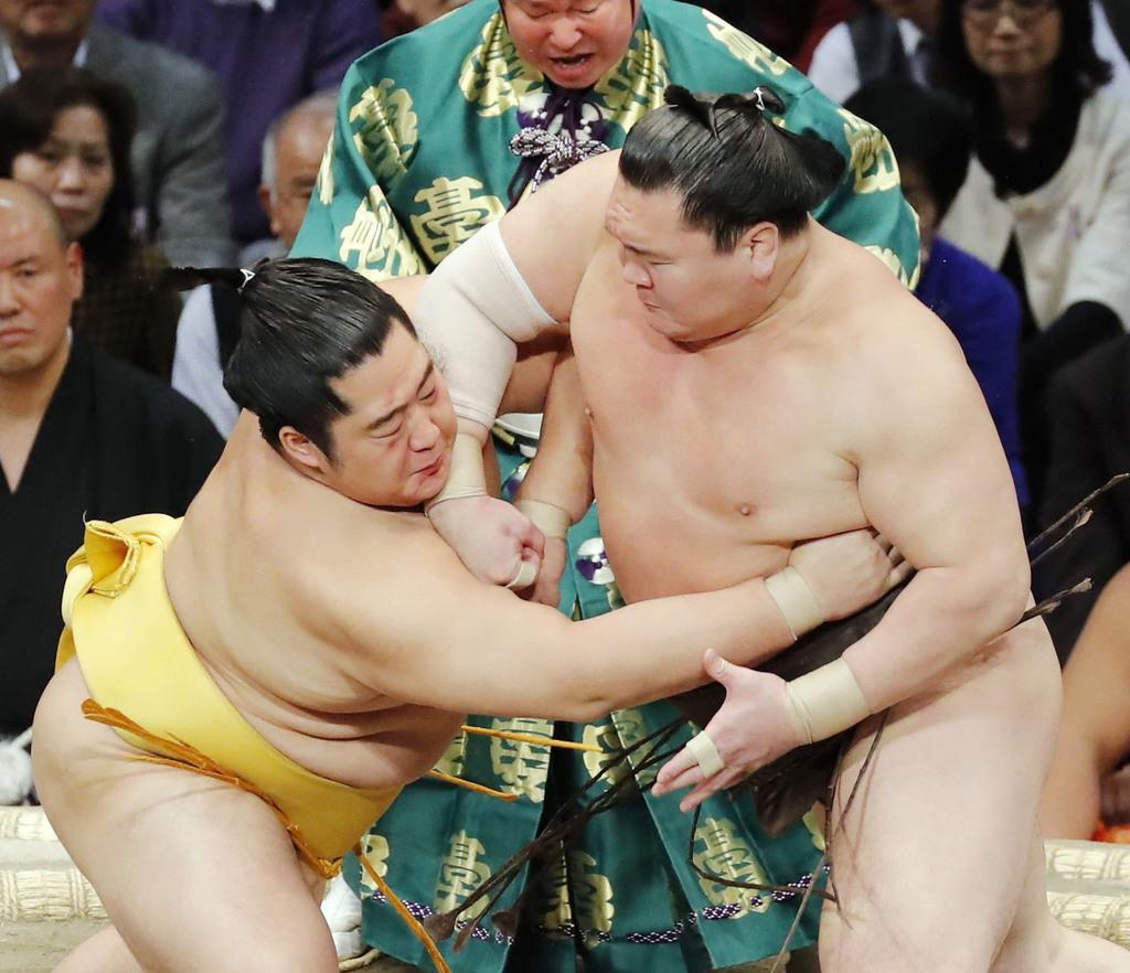 spo1911250034-p1_立ち合いで遠藤(左)をかち上げた白鵬=福岡国際センター