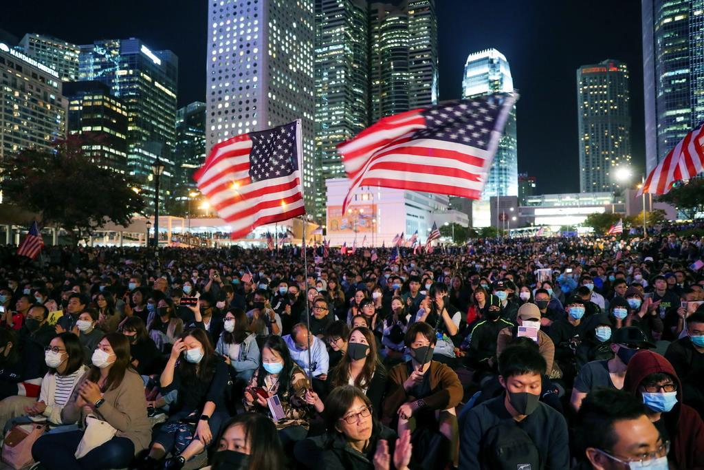 wor1911280027-p1_星条旗を手にエディンバラ広場に集まるデモ隊=28日、香港(ロイター)_香港で米に感謝集会1万人 米国歌響く