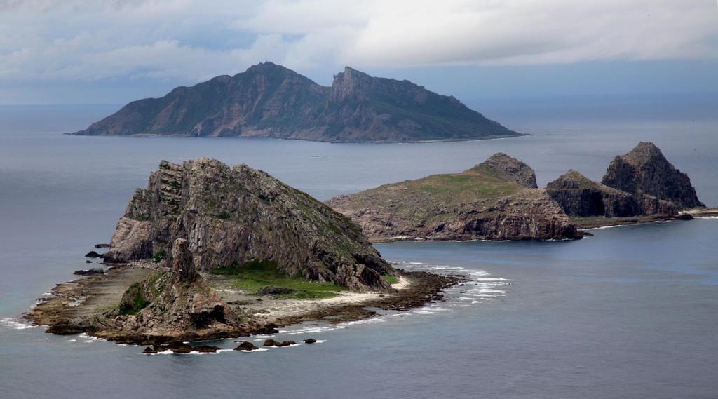 plt1912060020-p1_尖閣諸島を含む東シナ海上空。手前から南小島、北小島、魚釣島。海上自衛隊の哨戒機P-3Cから=沖縄・尖閣諸島、2011年10月(鈴木健児撮影)