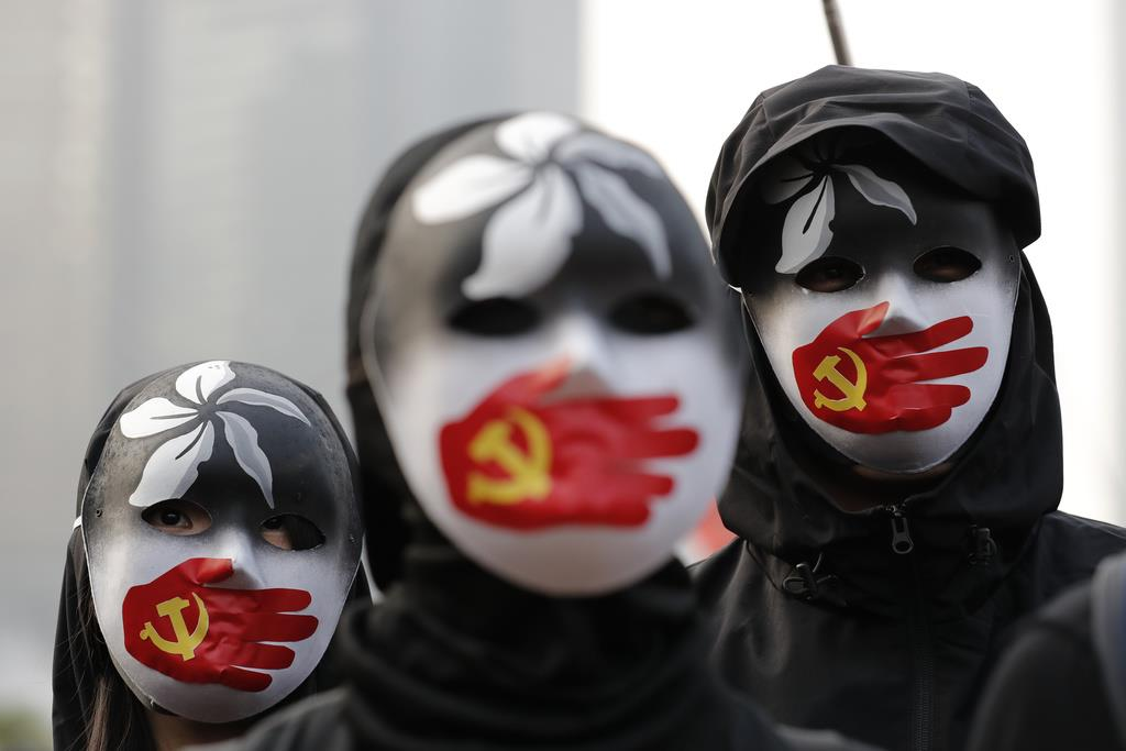 wor1912220009-p2_中国当局の少数民族ウイグル族への人権侵害を非難する集会に参加する人ら=22日、香港(共同)