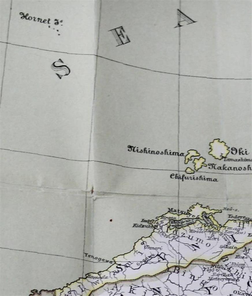lif2001220036-p1_竹島を日本領と認識し1880年に作られたドイツ製日本地図。左上の英語名「ホーネット島」の文字の下にある複数の点が竹島