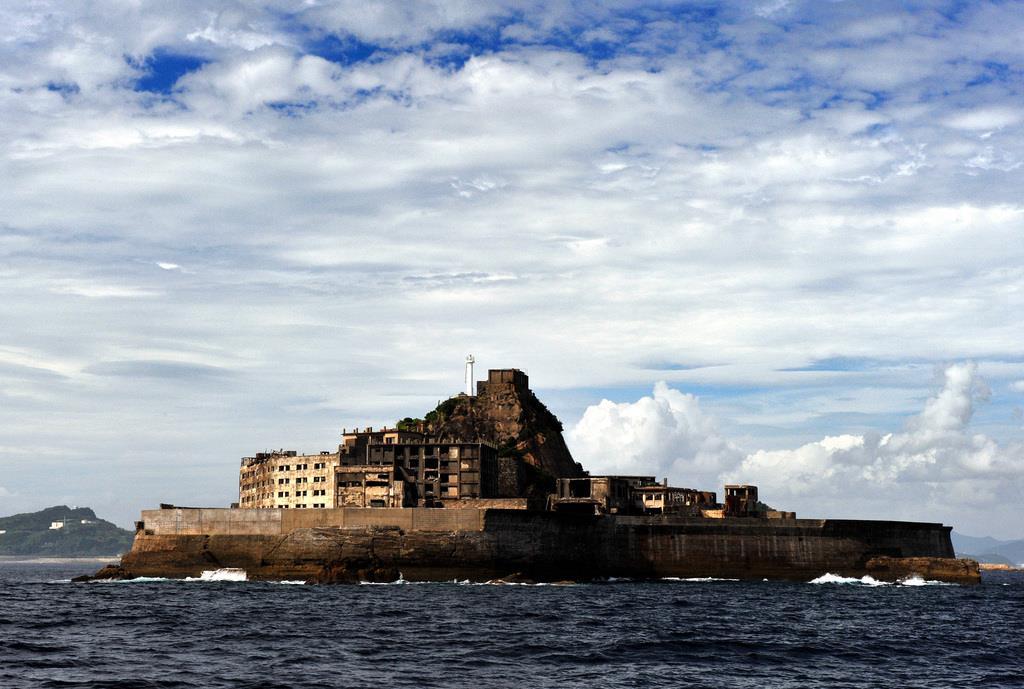 0001p1(1)_かつて海底炭坑として栄えた端島は、戦艦「土佐」に似ていることから「軍艦島」と呼ばれている=長崎市端島(奈須稔撮影)