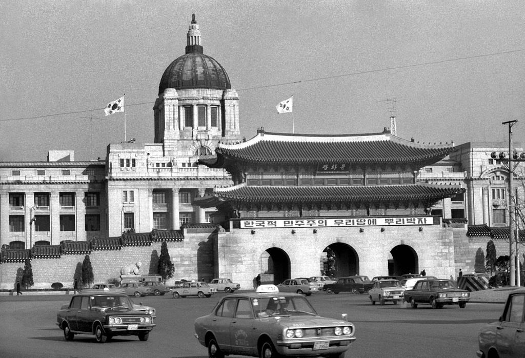 0001p1(1)_日本統治時代に建てられた朝鮮総督府の旧庁舎(後方)と光化門=1972年