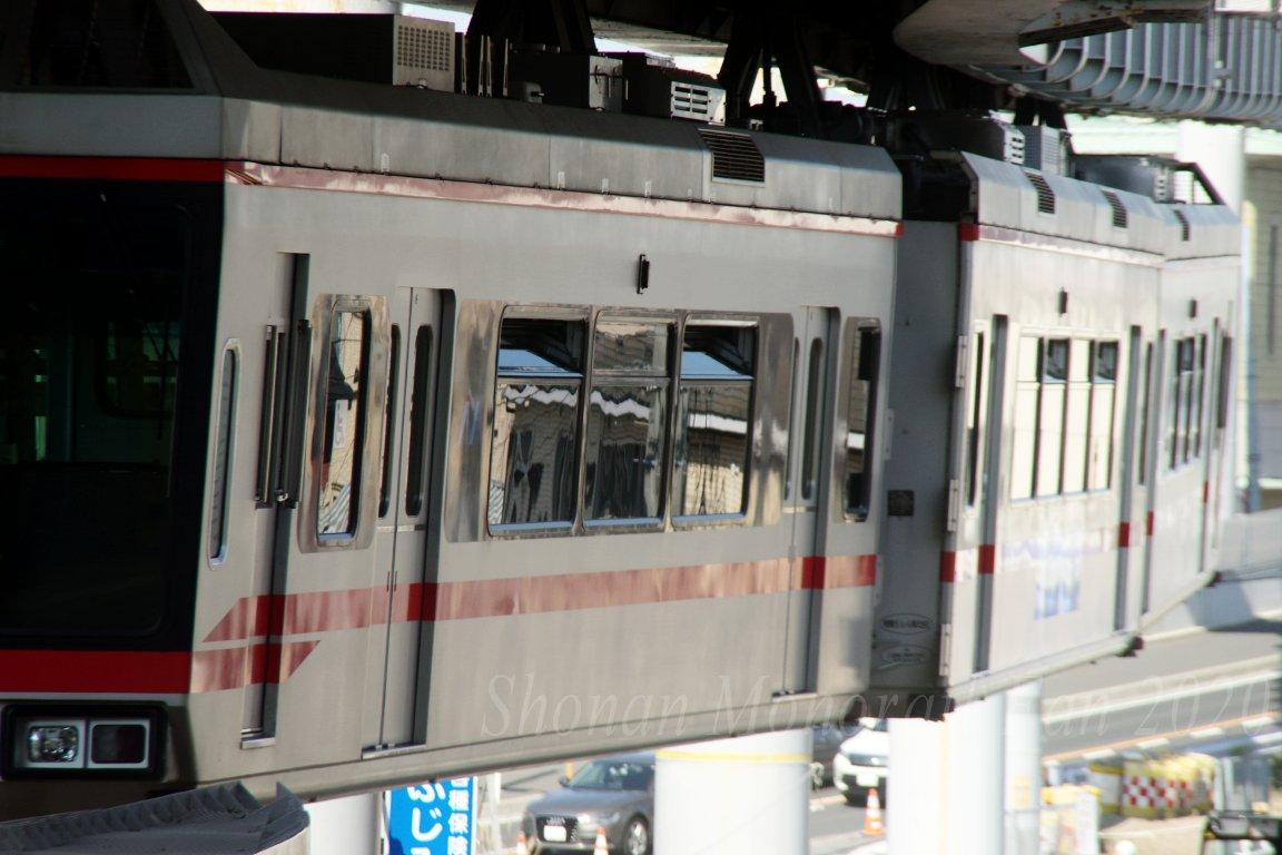 窓開け中の湘南モノレール5601編成