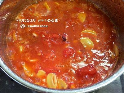 トマトを入れて煮込むdownsize