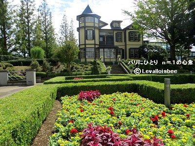 外交官の家の庭に花がいっぱいdownsize