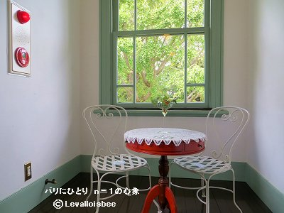 赤い丸椅子と窓の緑がよくマッチdownsize