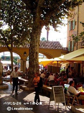 木陰の広場カフェでくつろぐ人たちdownsize
