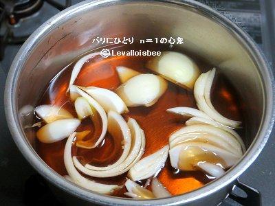 まず出汁に玉ねぎを入れ煮るdownsize