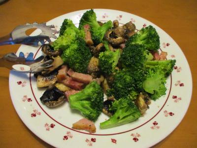 011130ブロッコリーとマッシュルームとベーコンの炒め物