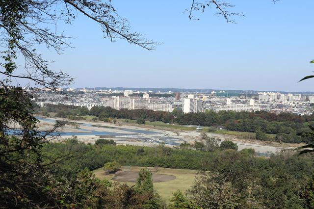 多摩川昭和堰(滝山城中の丸より)