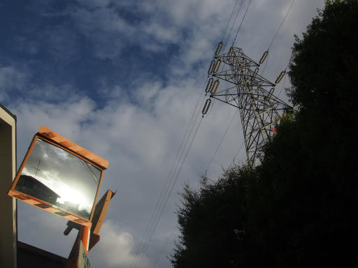 20190908・台風前の空14・カーブミラーと鉄塔