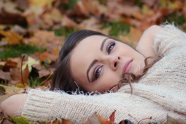 girl-lying-down-2010387_640.jpg