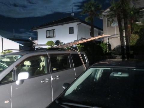 「台風19号被害。鯉のぼり竿が車3台を直撃しました。」① (9)_R