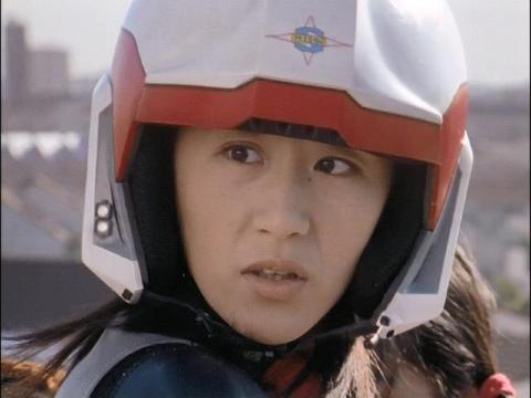 驚いたユミムラ・リョウ隊員(演:斉藤りさ)