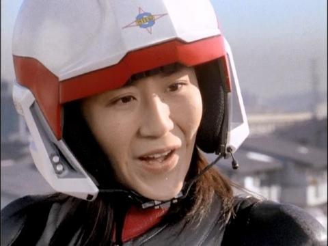 子供たちを叱りつけるユミムラ・リョウ隊員(演:斉藤りさ)