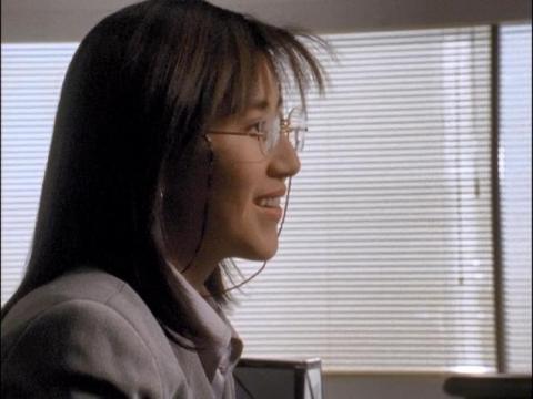 社長の対応に戸惑うユミムラ・リョウ隊員(演:斉藤りさ)