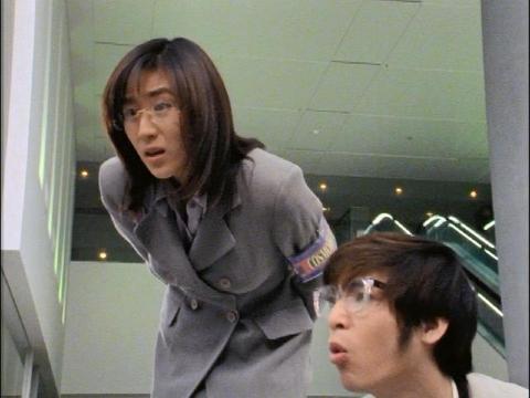 子供たちのスケジュールに驚くユミムラ・リョウ隊員(演:斉藤りさ)