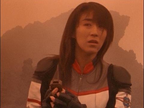 リーフラッシャーを拾いアスカを捜すユミムラ・リョウ隊員(演:斉藤りさ)
