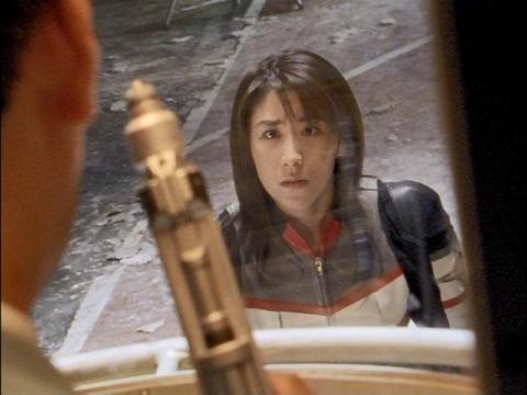 カプセルに入るゴンドウ参謀を見つめるユミムラ・リョウ隊員(演:斉藤りさ)