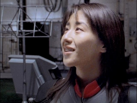 ダイナの登場を見て微笑むユミムラ・リョウ隊員(演:斉藤りさ)