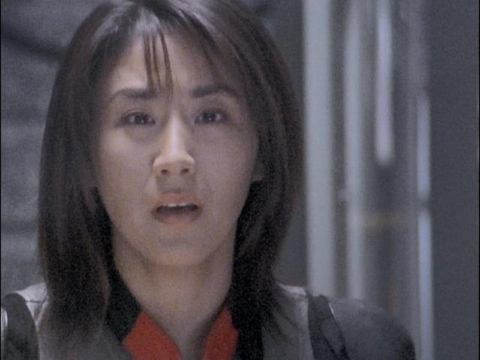 走るアスカを見送るユミムラ・リョウ隊員(演:斉藤りさ)