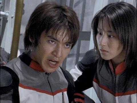 アスカを介抱するユミムラ・リョウ隊員(演:斉藤りさ)