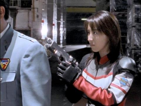 ゴンドウ参謀に銃を突きつけるユミムラ・リョウ隊員(演:斉藤りさ)