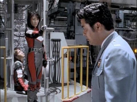 ゴンドウ参謀に銃を向けるユミムラ・リョウ隊員(演:斉藤りさ)