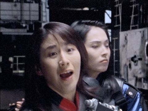 倒れたアスカを叫ぶユミムラ・リョウ隊員(演:斉藤りさ)
