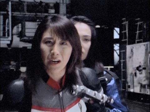 アスカを助けようとするユミムラ・リョウ隊員(演:斉藤りさ)