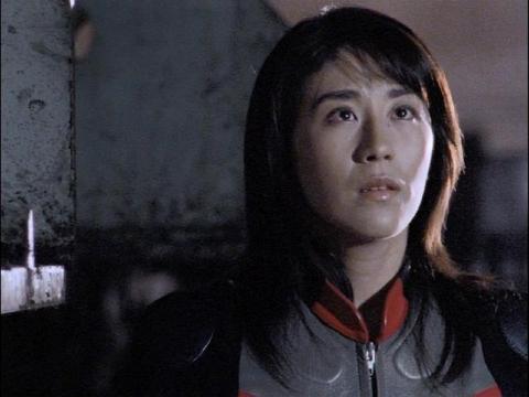 アスカがダイナだという事を知ってしまったユミムラ・リョウ隊員(演:斉藤りさ)