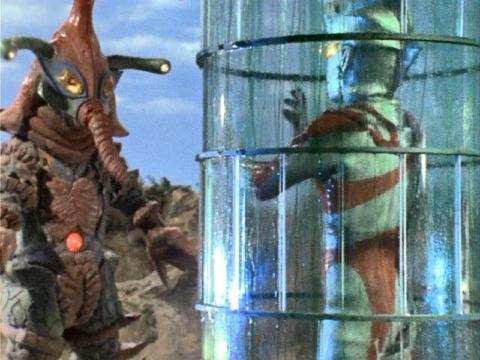 ヒッポリトカプセルでウルトラマンエースをブロンズ像にするヒッポリト星人