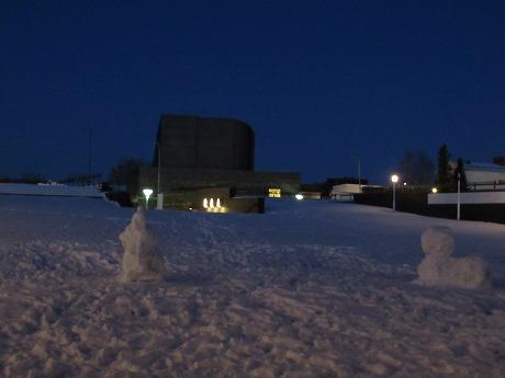 雪だるまと市庁舎