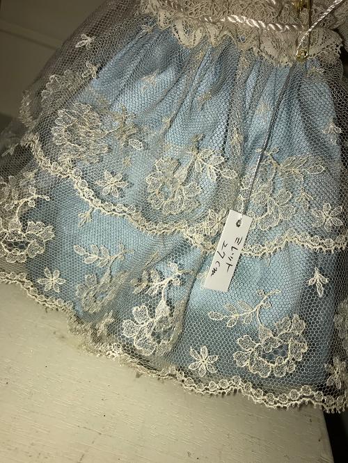青いドレスのゴージャスレース