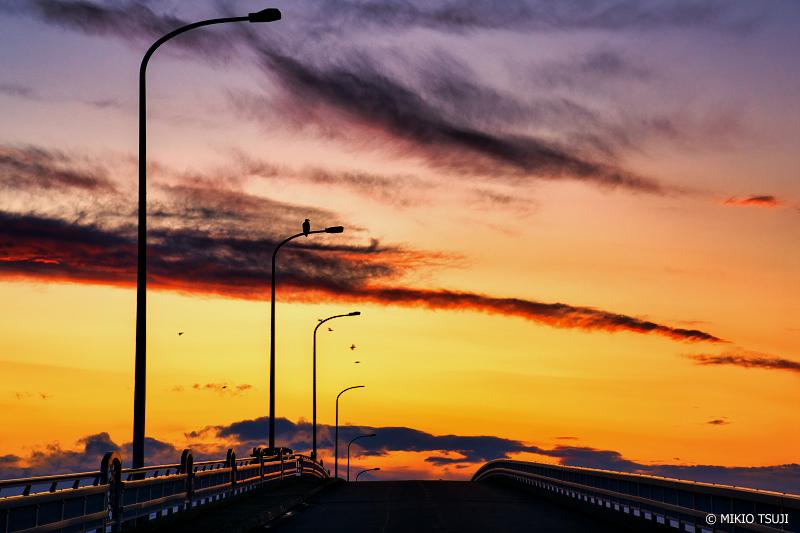 絶景探しの旅 - 絶景写真 No.1272 夕暮れの栄浦大橋 (サロマ湖・栄浦大橋/北海道 北見市 常呂町)